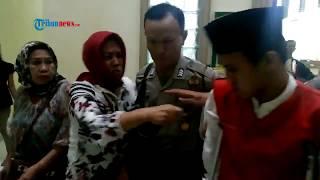 Video Tak Ada Ampun, Keluarga Brimob Korban Begal Pukuli Terdakwa Usai Sidang MP3, 3GP, MP4, WEBM, AVI, FLV September 2017