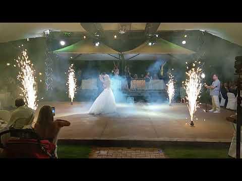 Χορός ζευγαριού σε γάμο στο Επακρον
