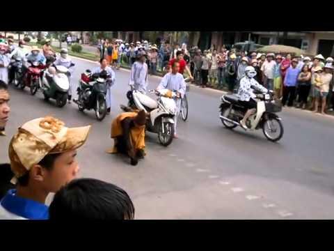 thich tam man - http://caunhattan.wordpress.com Sư Thích Tâm Mẫn (SN 1977) nhất bộ nhất bái từ Sài Gòn ra Yên Tử. Nhiều người đi theo nhà sư này đã đánh người dã man suốt dọ...