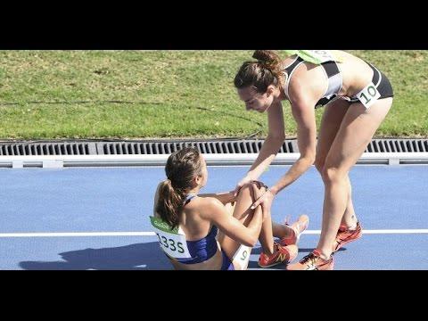奧運會5000米比賽中紐西蘭和美國選手因「摔跤排在最後兩名」,但是她們在比賽場上做的事讓所有觀眾都感動哭了!