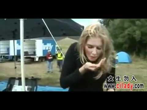 金髮美女主播新聞到一半,突然吃進了一支蚊子嗆到!