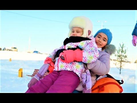 Алиса, Тея и Кира гуляют на улице Катаются с ГОРКИ и идут в магазин за ВКУСНЯШКАМИ !!!! (видео)
