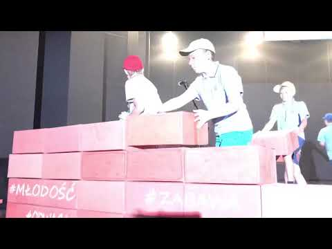 Wideo1: Jubileusz 30-lecia SP 12 w Lesznie, występ uczniów szkoły