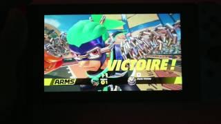 ARMS: Notre Test Vidéo Review Complet en mode portable de ce jeu de baston en vue de dos sur Nintendo Switch, qui fait indéniablement penser à Punch Out au premier abord, mais se révèle diablement original par l'utilisation de poings extensibles, les fameux ARMS. Jouable aussi bien au Motion Control qu'avec un gameplay classique, le titre souffre malheureusement de trop peu de modes de jeu solo. En online, par contre, vous risquez de voir défiler les heures!Filmé en 1080p à 30fps grâce au Sony Xperia XZ pour http://www.n-gamz.com !- Les points positifs: Une réalisation qui envoie du lourd/ 60fps constant jusqu'à 2 joueurs/ Le gameplay au Motion Control est fun et bien pensé/ Chaque stage a sa particularité/ 30 Arms terriblement différents à débloquer/ L'originalité et le chara design/ L'univers plutôt fun/ Vite chronophage en multi/ Jouables à 4 sur seulement deux Switch/ Les mini-jeux bien déjantés/ Twintelle!!!- Les points négatifs: Un contenu trop faible et répétitif en solo/ La durée de vie gonflée artificiellement par le loot aléatoire des ARMS et le ratio famélique des pièces de monnaie/ Les personnages ne se jouent pas assez différemment/ 30fps only dès qu'on passe à 3 ou 4 joueurs/ Un thème musical principal usé jusqu'à la moelle/ Le modo Grand Prix sans saveur et trop vite bouclé- La Note N-Gamz.com: 16/20 en multi et 14/20 en solo.