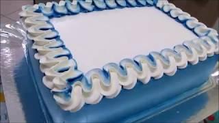 Decoração de bolo azul e branco (mesclado). Adriene Amorim.
