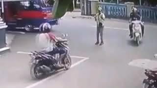 Video Tukang Parkir di Purwakarta tergilas Minibus,Gara Gara main HP MP3, 3GP, MP4, WEBM, AVI, FLV Mei 2018