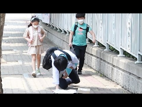 பாசக்கார பிள்ளைகள் !  What if elementary school students find someone fell on the ground?(sub)| social experiment | kizzle