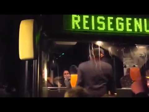 В немецкий город Клаузнитц приехали беженцы, их встречает толпа немцев