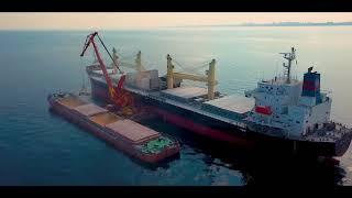 Аэросъемка - погрузка корабля в открытом море