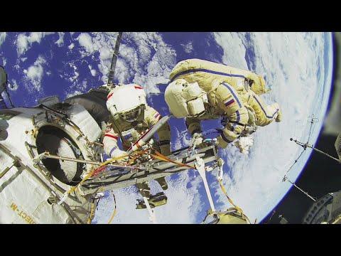Mettez vos lunettes 3D et faites cette visite commentée de la Station spatiale internationale. Visitez tous les modules du laboratoire en apesanteur de l'humanité qui se trouve en orbite à 400 km au-dessus de nous.  Le commentaire est disponible en six la © ESA