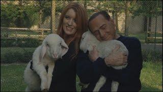 Berlusconi salva 5 agnellini dalla strage di Pasqua, il video Video