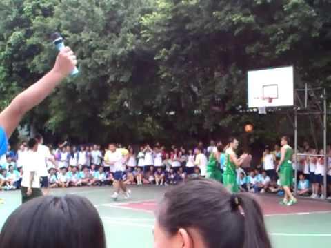 職業籃球隊 PK 高中生!竟然把籃球框灌爆!(2:40)