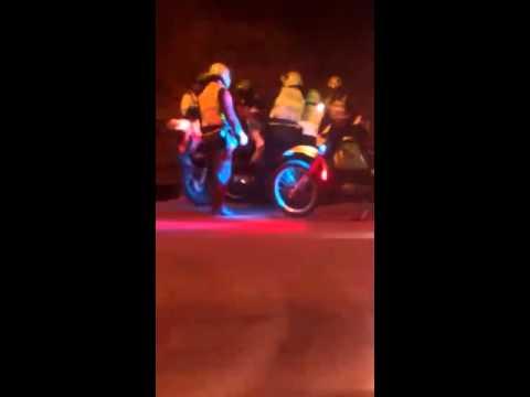 Ocho policías agredieron a un motociclista y su compañera por pasarse un semáforo en rojo