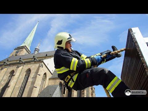 Katedrálu sv. Bartoloměje v Plzni pokořilo v roce 2016 bezmála šedesát hasičů z celé republiky
