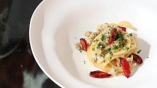 Tra i primi di pesce, gli spaghetti alle vongole veraci sono forse la ricetta più popolare dal sud al nord Italia: un vero piatto nazionale.Siamo stati a Senigallia, dallo chef Mauro Uliassi, per scoprire come prepara questa pasta della tradizione, in carta nel suo ristorante due stelle Michelin ormai da molti anni.Sponsor: Monograno FelicettiProdotto: http://www.monogranofelicetti.it/eu_en/flours/il-cappelli/spaghetti.htmlAltre ricette di Uliassi (carbonara di mare e classica, cappelletti)https://www.youtube.com/watch?v=D6_aFKsJ11A&list=PLWKLqE-7K4-bkv5Xk5_dmtt3JYsuN4eN7Visita: http://italiasquisita.net/Seguici su: https://www.facebook.com/pages/ItaliaSquisita/147031685608https://twitter.com/italiasquisitaContattaci:info@italiasquisita.net
