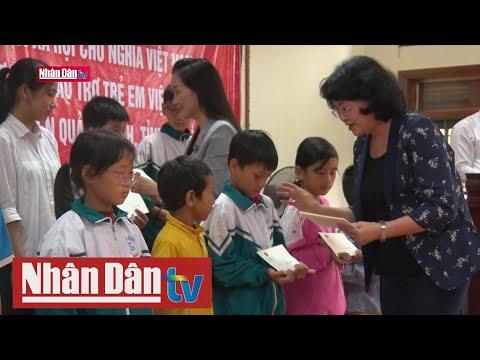 Phó Chủ tịch nước thăm và tặng quà nhân dân vùng lũ lụt