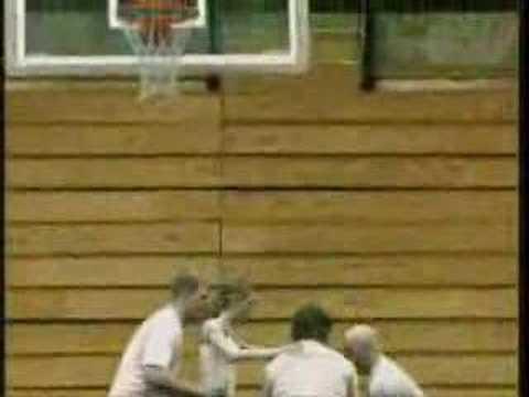 「[神業]男性4人が細身の女性をバスケットゴールへトスしてネットを揺らす。」のイメージ