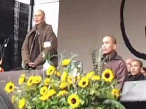 Sit in Peace in Trafalgar Square with Thich Nhat Hanh - Meditazione guidata e discorso