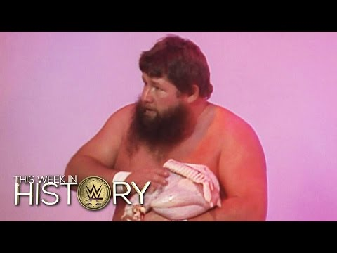A Turkey-On-A-Pole Match?: This Week in WWE History, Nov. 26, 2015 видео