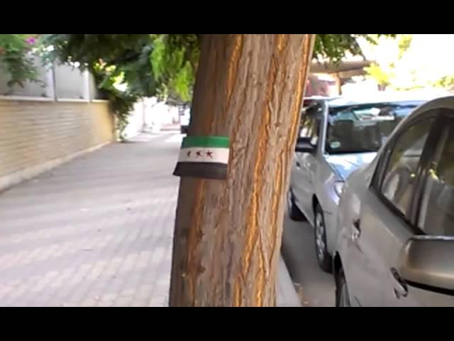 فيديو إلصاق ستيكرات أعلام الاستقلال بقلب العاصمة دمشق في حي الميدان بالقرب من حاجز تفتيش