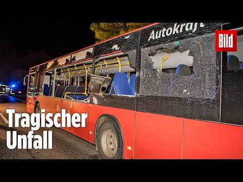 Auto kracht in Linienbus: Mädchen (16) stirbt bei Busunglück