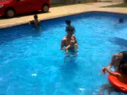 Heitor Henrique vila propicio banhado na piscina..