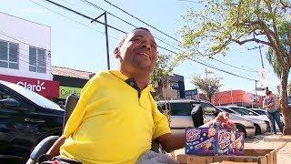 Vendedor de balas junta dinheiro para comprar cadeira motorizada