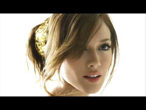 Tekst piosenki Hilary Duff - Santa claus is coming to town po polsku