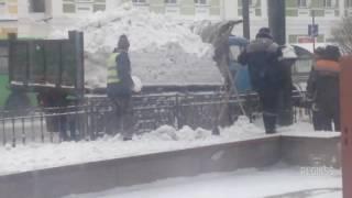 Омские коммунальщики раскидали снег обратно на улицы
