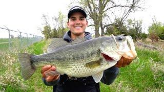 Video Catching GIANT Bass on Jigs - Spring Bass Fishing MP3, 3GP, MP4, WEBM, AVI, FLV Oktober 2018