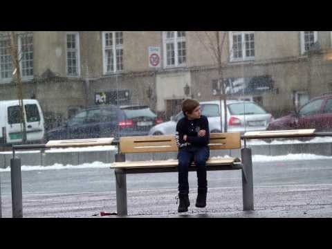 What strangers do when they see a little boy shivering will warm your heart (video)