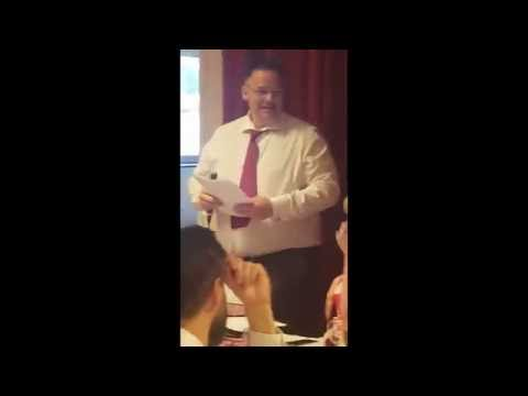 新娘的老爸不爽直接「在婚禮上故意把蛋糕砸爛」把賓客都嚇傻了,但是下一秒全場被他嚇到笑翻!