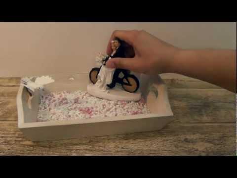 Hochzeitsgeschenk in Kiste mit Geldscheinen und Hochzeitsfigur