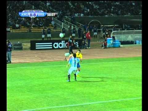 La jugada de Damiao que sufrió Papa en el amistoso con Brasil.