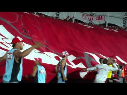 AVERNO CENTRAL LA BANDA DEL MATADERO EXTENDIENDO EL TAPA TRIBUNAS TRAPOS - Baron Rojo Sur - América de Cáli