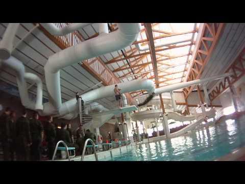 video que muestra como se tiran en el ejercito a la piscina