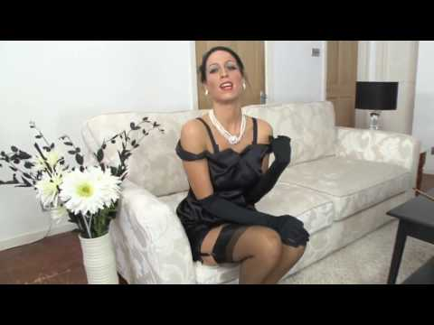 ВИНТАЖНЫЕ ДАМЫ-Облегающее сатиновое платье и нейлоновые чулки на ножках очаровательной ретро женщины (видео)