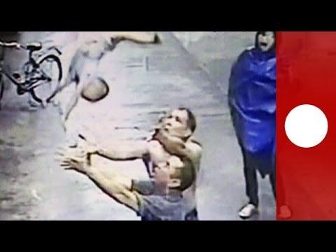 Incroyable – un passant rattrape un bébé au vol après une chute du 2ème étage en Chine