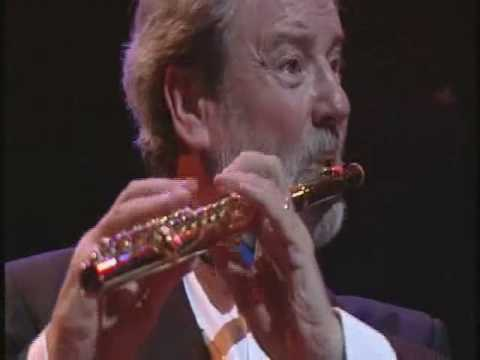 flute - Rimsky Korsakov - The Flight of the Bumble Bee Played by James Galway on the flute Pianist-Phillip Moll James Galway's recital in Belfast, Waterfront Hall.