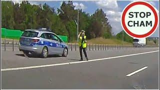 """Nierozgarnięta policjantka łapie na """"lizaka"""" i prawie powoduje wypadek…"""
