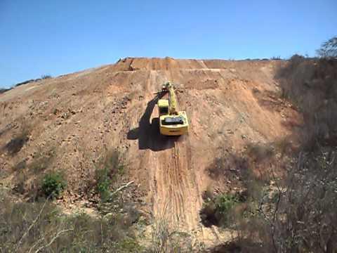 escavadeira pc 200 subindo rampa 30 mts,e inclinação +ou- 60 graus