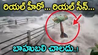 కేరళ వరదల నుండి పసి పాపని కాపాడిన రియల్ హీరో | Man saves child from Kerala Floods