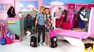 Barbie y Ken se van a unas vacaciones romanticas en una isla tropical.  Barbie empaca sus maletas  con ropa, vestidos, zapatos y accesorios. Barbie y Ken van al aeropuerto de juguete para subir a su avion privado de lujo. La aeromosa los espera y los ayuda a subir y areglar sus cosas. Barbie juega en su pc mientras que ken lee el periodico. Barbie y Ken comen una comida deliciosa y Barbie se queda dormida. JuguetesBarbie Avion de Lujo ( Pink Passport)Barbie PilotoBarbie Aeropuerto jugueteBarbie flight attendantAeropuerto de Barbie con Pilotos + Historia con Muñecas en el Avion de Barbie Juguetehttps://youtu.be/PLfHgbv4-84El Avion de Barbie - Elsa y Barbie Piloto de viaje en Jet Privado de Barbie https://www.youtube.com/watch?v=s3QyIXa0CLcBarbie le Pinta el Pelo Rosa a Ken! - Historias con Juguetes Divertidos de Barbiehttps://youtu.be/tj9ikB-HU70Mas Historias con Muñecas y Juguetes de BarbieLa Barbie Mas Extraña del Mundo? Barbie que Mueve Su Cara y Cambia Expresiones  - Juguetes de Titihttps://youtu.be/4OHoHq-S4XsBarbie Riza y Peina - Muñeca Para Planchar y Rizar Cabello - Juguetes de Titihttps://youtu.be/XzMfckILC6IHistorias con Muñecas en el Salon de Belleza - Con Barbie Elsa Ariel Rapunzel Evie- Juguetes de Titihttps://youtu.be/5M_hB8y8XZQBarbie Tiene una Parrillada y Ken se Quema - Muebles y Accesorios de Barbie'https://youtu.be/kUwD5AGQT_Y