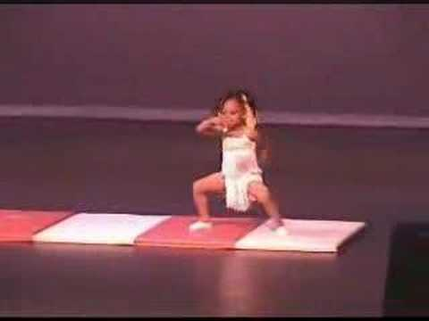 蘿莉表演超厲害,竟然連續五個後手翻再劈腿!