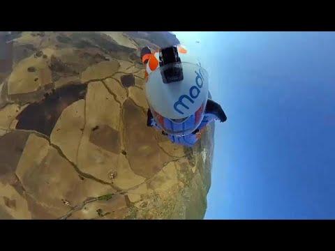 Ο πρώτος άνθρωπος που έκανε ταυτόχρονα paragliding και wingsuit
