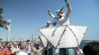 Meereshelden - ein maritimer Walkact auf Stelzen. Seaheroes - a maritime Walkabout on stilts