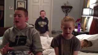 Rodzeństwo chciało zaśpiewać znaną piosenkę. Jednak brat który pojawia się nagle z tyłu kradnie całe show