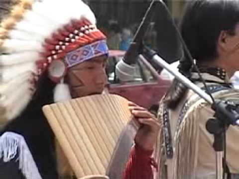 Indios en la plaza 25 de mayo de Catamarca, Argentina