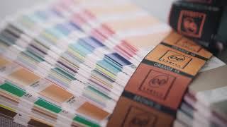 Wat is het verschil tussen een label op zwarte ketting of op witte ketting weven