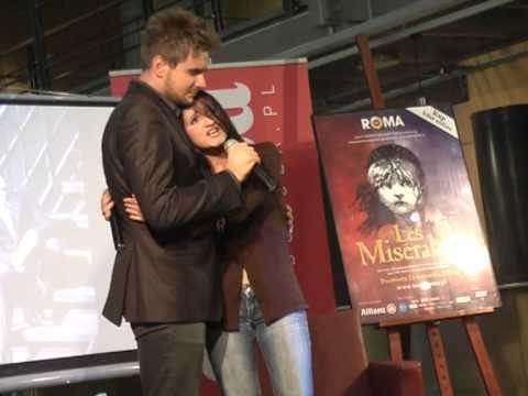 Tekst piosenki Les Miserables - Tylko pada deszcz po polsku